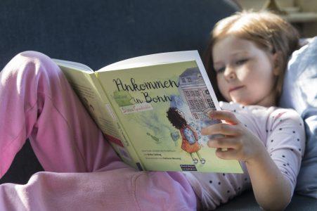 Lina liest Simas Geschichte Foto: Barbara Frommann